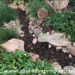 Potok k zahradnímu jezírku